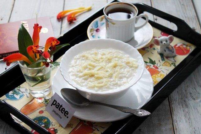 Приготовьте молочную вермишель! Это беспроигрышный вариант для семейного завтрака: и полезно, и вкусно, и быстро - что совсем немаловажно утром! Вермишель молочную можно довести до состояния каши, а можно сварить как суп. Это зависит от индивидуальных предпочтений. Еще ее можно подать с пенкой, а можно без пенки - кто как любит! Вот сколько вариантов привычного повседневного блюда на завтрак!