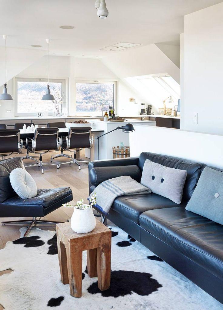 KUPP: Skinnsofaen og stolen i salongen er fra 1970-tallet, de er kjøpt på nettauksjonen Lauritz.com. Trebordet er fra Smak Interiør. Sofaputer fra Hay. Spisebordet i bakgrunnen er fra Bolia, og spisestuestoler fra Vitra, Charles & Ray Eames.