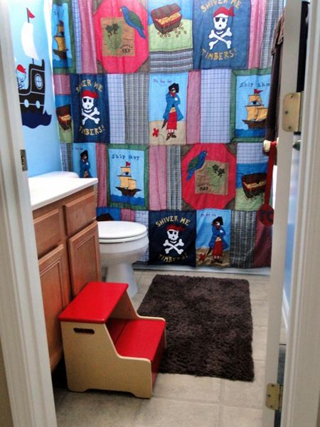ok, I am totally doing this in the boys bathroom!  This shower curtain looks like I could make it myself!  Hopefully.  lol