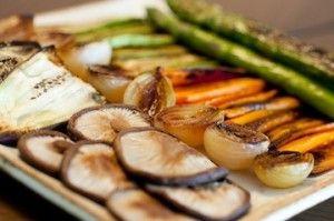 Ingredientes 1 cenoura cortada em fatias (sentido do comprimento) 1 abobrinha cortada em fatias (sentido do comprimento) 1 berinjela (opcional) cortada em fatias (sentido do comprimento) 5 aspargos verdes, frescos 200g de shitake fresco 3 colheres (sopa) de azeite extraSaiba Mais +