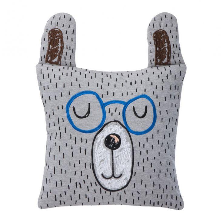 Ludique et charmant, ce coussin en tête d'ours studieux et aux oreilles qui dépassent, va devenir le nouvel ami de votre enfant !