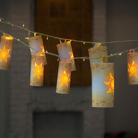 """Per Rapunzel, le lanterne sono un simbolo di speranza. Le """"luci fluttuanti"""" vengono fatte volare in tutto il regno nella speranza che lei sia ancora viva e possa vederle. Ora i tuoi bambini potranno realizzare le loro lanterne con la carta e delle luci a LED."""