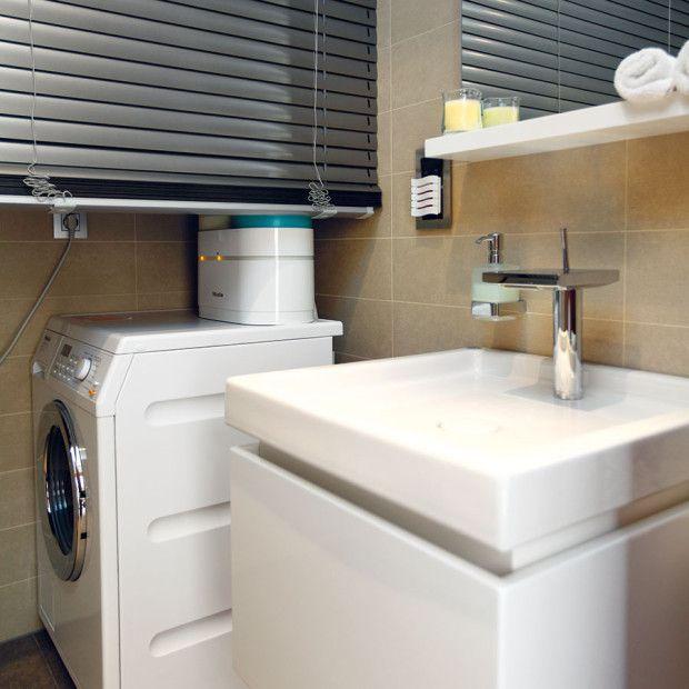 Toaleta pro hosty, přístupná zpředsíně, se dotykem tlačítka změní na prádelnu – za žaluzií se objeví pračka asušička. FOTO DANO VESELSKÝ
