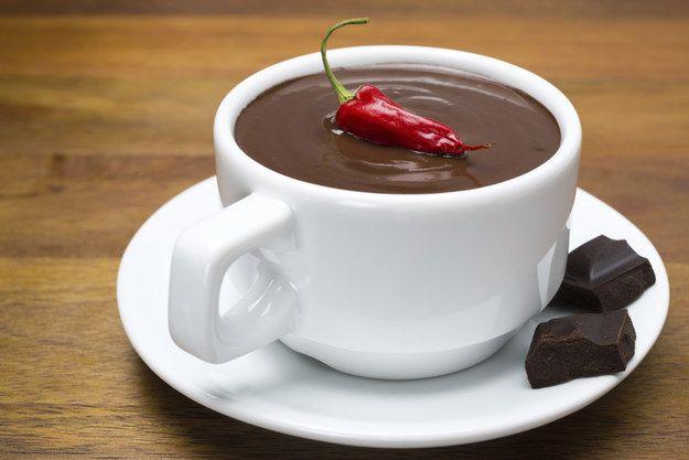 Hazlo diferente con un poco de chile de árbol.   17 Recetas de chocolate caliente que vas a querer preparar todos los días