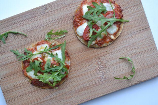 Gezonde én zeer smakelijke havermout pizza, om zonder schuldgevoel van te smullen! Geen guilty pleasure, maar gezond genieten!