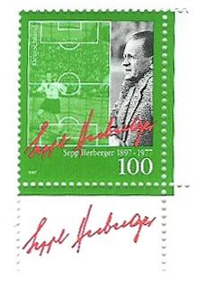 """Sepp Herberger (* 28. März 1897 in Mannheim-Waldhof; † 28. April 1977 in Mannheim) war ein deutscher Fußballspieler und -trainer. Als Spieler war er in den 1920er Jahren für die Vereine SV Waldhof und VfR Mannheim sowie Tennis Borussia Berlin aktiv. Berühmt wurde er als Reichs- bzw. Bundestrainer der Deutschen Fußball-Nationalmannschaft. Der Höhepunkt seiner Karriere war der Gewinn des Titels bei der Weltmeisterschaft 1954, deren Endspiel als """"Wunder von Bern"""" in die Fußballgeschichte…"""