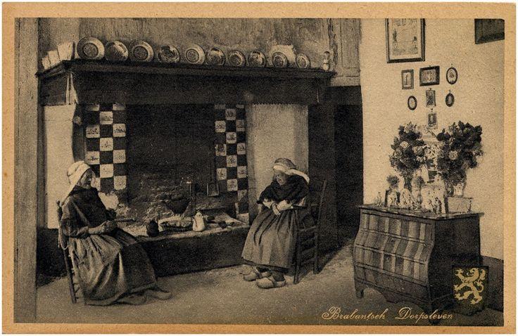 Boerenherd met schouw en twee vrouwen die een middagdutje in hun stoel doen. Buikkastje met beeldjes en bloemen, deels betegelde schouw met vaasjes en borden, schilderijtjes 1923