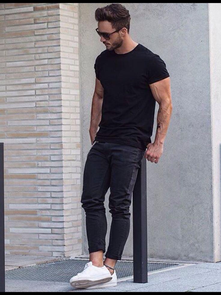 T-shirt saillant noir et jean près du corps, le tout avec une paire e baskets blanches pour trancher.