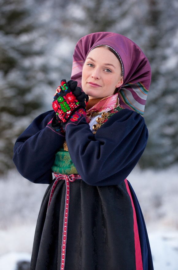 The West Telemark bunad has embroidered cuffs on the leg-of-mutton-sleave and the black gloves are decorated in the same colors. Copyright-Laila-Duran