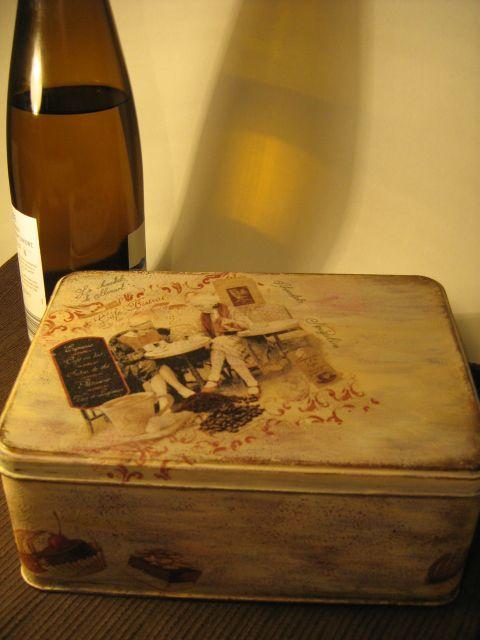 Metalowe pudełko na ciastka. Ręcznie malowane i zdobione techniką serwetkową.