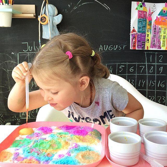 Fizzing colors. It seems like magic, but it's better than that - it's #science ! Baking soda + vinegar + food colouring  Цветная шипучка. смешать уксус с пищевым красителем капать из пипетки на соду.  Уж больно детю нравятся теперь разные эксперименты. И последнее время постоянно интересуется как что работает, из чего сделано, как растет, что внутри человека, зачем и для чего  уфф #angel4013_kids_science #angel4013_early_learning #занятиясдетьми #развиваемся_играя #для_Play_EveryD...
