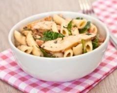 Salade de pâtes au poulet et au basilic : http://www.cuisineaz.com/recettes/salade-de-pates-au-poulet-et-au-basilic-60316.aspx