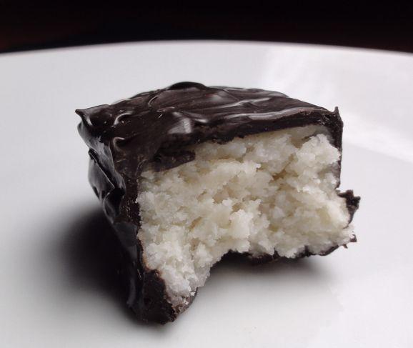 Bounty Vegan Fatti in Casa! • #Ricetta #Vegan #Recipe #Cocco #Cioccolato #Coconut #Chocolate #Bounty #VeganFood #RowVegan #VeganRowFood #Row #Crudo #Grezzo  #VeganFoodShare #VeganItalianFood #FoodPorn #Sweet https://it.pinterest.com/vegangame/ricette-vegangame/