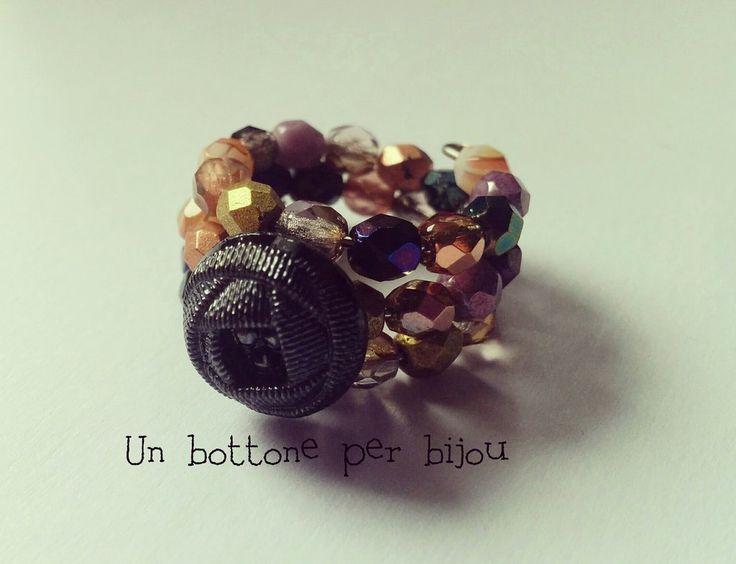Anello con mini bottone nero d'epoca, in vetro, effetto raso e mezzi cristalli di Boemia,su filo armonico, by un bottone per bijou, 8,50 € su misshobby.com