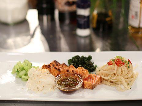 Halstrad lax marinerad i vitt vin, soja och päron serveras med risnudelsallad och marinerade grönsaker.