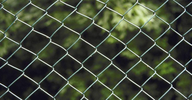Qué se puede usar para evitar que otros perros pasen debajo de mi cerco alambrado. Hacer tu cerco alambrado a prueba de excavaciones de caninos intrusos es importante para la seguridad de todos los niños o los animales domésticos que viven en el interior del patio cercado. La excavación de perros callejeros o de los vecinos también es fea y si lo hacen pueden causar daño a tu césped, lechos de flores y jardines. También pueden ...