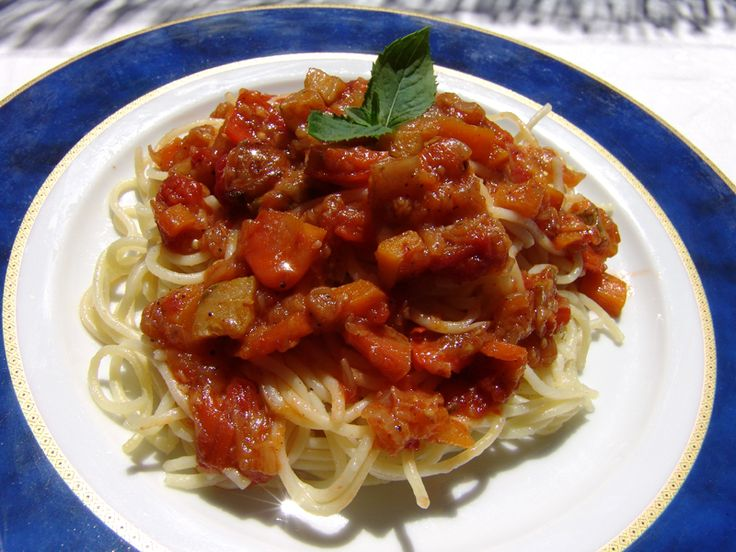 This sauce, using all the beautiful summer vegetables, is unbelievably tasty. It can be used as a sauce for spaghetti, or you can spread it on toast and crumble some feta cheese on top. It is a sauce that you will enjoy whether you are a meat-eater,