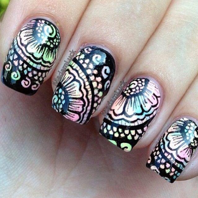 Świetne paznokcie czarne tło i pewnie stempelki cudo !