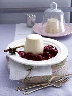 Lebkuchen-Panna Cotta mit heißen Himbeeren
