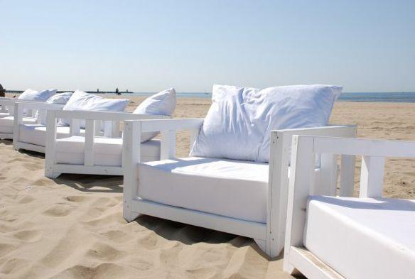 Al nord trovi queste spiagge, e questi arredamenti. Lì, al Nord. E ci arrivi anche in tram.   Beachclub Doen. Den Haag | Scheveningen.