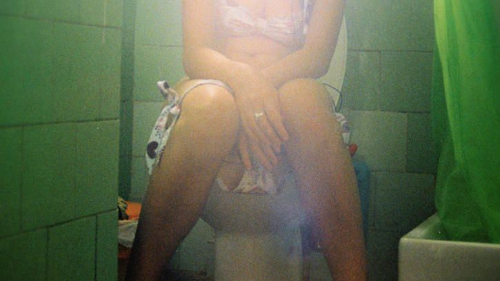 1462891272 frau auf der toilette high