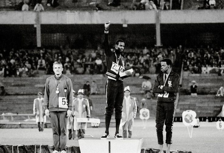 Il y eut le poing ganté de noir de Tommie Smith et de John Carlos sur le podium du 200mètres. Symbole du Black Power, ce geste inoubliable des Jeux olympiques de Mexico en 1968 racontait des nouveaux dieux du stade plaçant leur combat politique au-dessus de leur carrière sportive. Il y eut aussi celui de Bob Beamon. Sur cette photo, son bras tendu semble las. Pourtant, il vient d'accomplir l'un des plus beaux exploits de l'histoire du sport en battant le record du monde du saut en longueur…