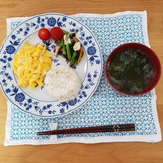 朝食  スクランブルエッグ 小松菜 ミニトマト 野菜味噌汁 白米  #金沢#朝ごはん#うちごはん#ワンプレート#ダイエット#反省# 朝から暑い🔥☀#暮らしの記録#食事記録#記録して反省#私の身体は私が食べた物でできている#健康#刺し子#刺し子はお休み
