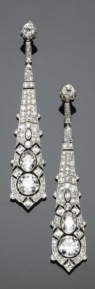 Paio di orecchini pendenti in platino, oro e diamanti Cartier 1925 circa PLATINUM, GOLD AND DIAMOND PENDENT EARRINGS, CARTIER 1925'S