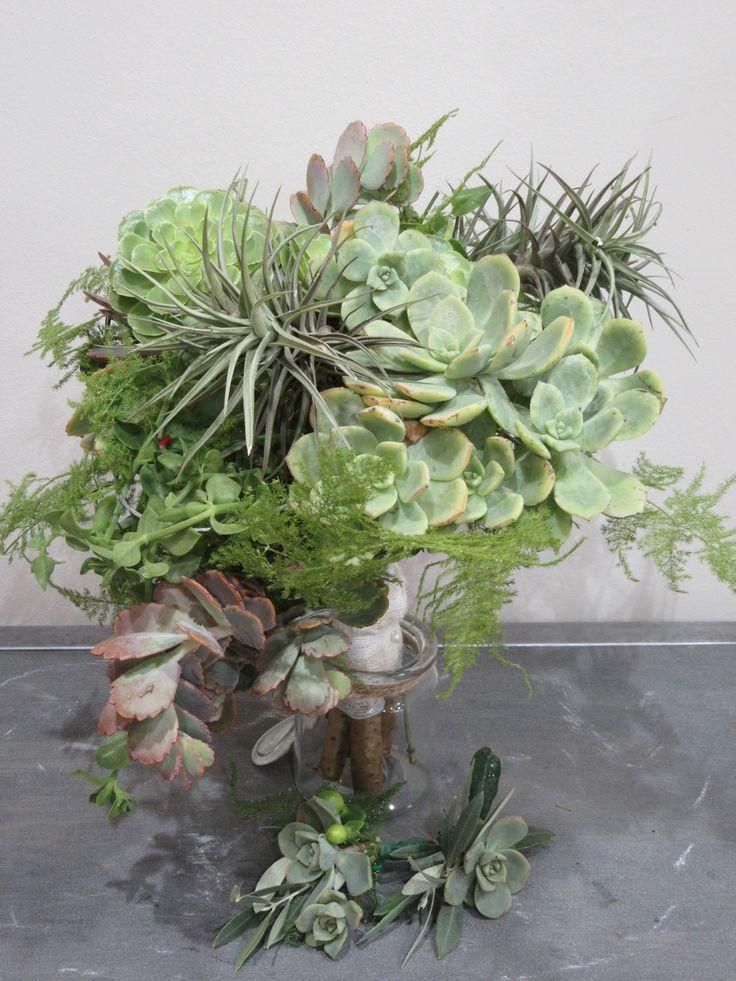 Ramo de novia con plantas suculentas por  Rosazul Floristas en Mallorca