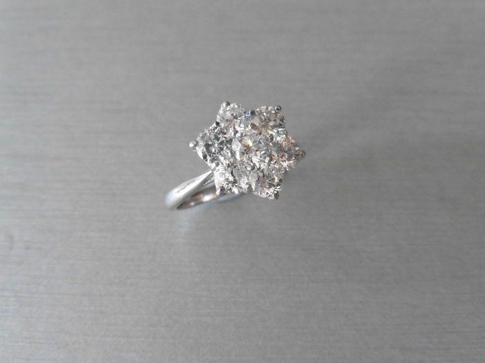18 k Gold Diamond Cluster - 2.27 ct - maat 52  Bloem cluster stijl diamantring7 x briljant geslepen diamanten1 x 4.5mm6 x 4.2mmtotale gewicht - 2.27ctKleur - ikClarity - Si2klauw instelling met platte band in 18 k wit goudGouden gewicht - 3.96 gramHallmarked 750 18ctMaat M EU 52wordt geleverd in presentatie doos Geen certificatie met deze ringVerzendopties uit UK-GRATIS verzending - Up tot 10-15 werkdagen via Royal MailZEER snelle verzending - 30 euro 1-2 dagen via koerierAlle scheepvaart…