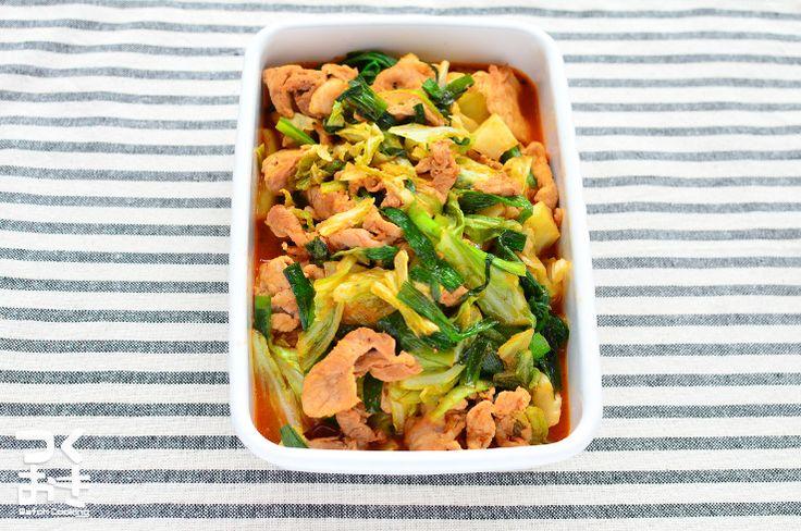 キャベツとニラとコチュジャンで作るキムチ不使用の豚キムチ風のピリ辛炒め物。キャベツの消費や、食欲増進にオススメです 。