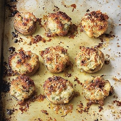 Gratinerade champinjoner med krispigt parmesantäcke. Recept: https://www.coop.se/Recept--mat/Recept/g/gratinerade-champinjoner-med-krispigt-parmesantaecke/