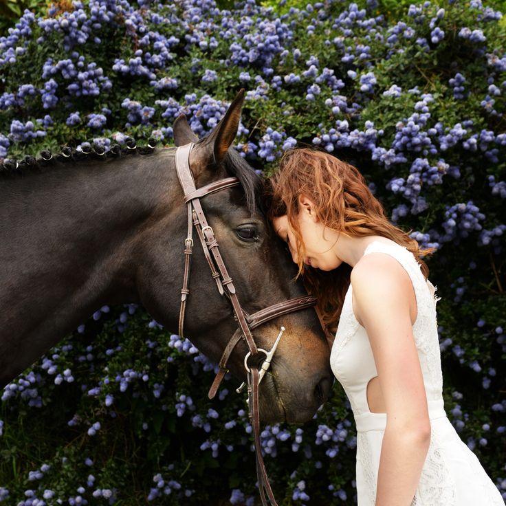 Jeune femme et sa jument, portrait, extérieur, fleurs