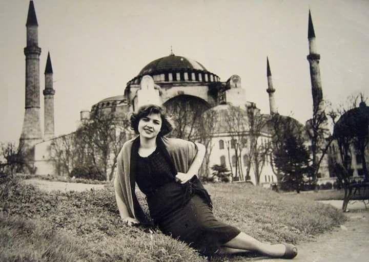 Ayasofya'nın önünde çok hoş bir kadın 1940ların ruhunu yansıtıyor #istanbul #istanlook