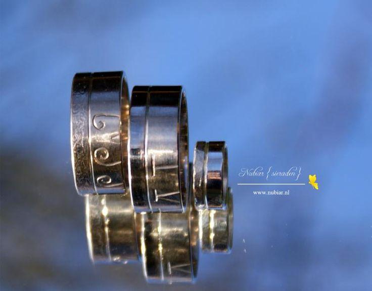Witgouden trouwring met zilveren bijpassende ring voor het bruidsmeisje.