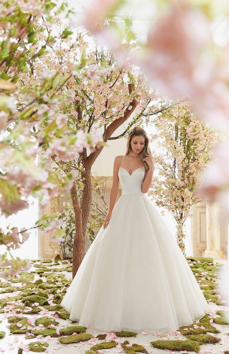Dziewczęca suknia ślubna Mori Lee typu Princess, na ramiączka. Cudowna suknia z satynowym gorsetem i dekoltem eksponującym biust. Tiulowa, balowa …