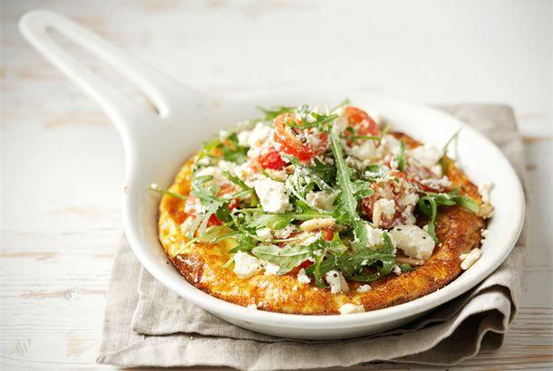 Juustoinen uunimunakas ✦ Munakkaan voi valmistaa myös uunissa. Salaatti on kätevää asettaa valmiin juustoisen munakkaan päälle, jolloin koko ateria on tarjolla yhdessä astiassa. http://www.valio.fi/reseptit/juustoinen-uunimunakas/