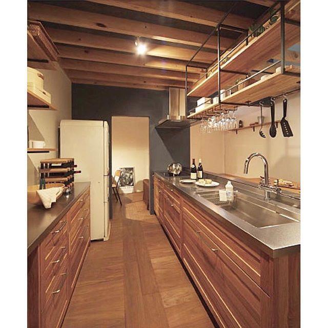 キッチン。 ・ #ウッドワン の #スイージー にしました。 ・ 食洗機はミーレがよくって、 なぜなら、日本製の食洗機の入れ方がわからないw (未だかつて食洗機使った事ないんですけどね…) ガバッと開いて大容量が洗えるのがシンプルがよかったんです。 ・ ミーレを入れようとするとシンク下の収納がオープンか開き戸になるそう。 igで調べていたら、ミーレでもスライドのスイージーを発見‼︎ すぐさま工務店に調べてもらい、差額なしでスライドの収納が付けてもらえるとの事♡ 「それでお願いします。」 即答です ・ もう一つ気になる事が。 ミーレのタッチパネル。 ウッドワンのカタログにはホワイトしかなかったけど、ミーレのHPにはシルバーがある! できればシルバーにしたいな〜 せっかくトップをステンレスにしたので♡ ・ 料理は好きじゃないですが、 型にはこだわりたいタイプ… ・ ・ ・ #ステンレス #キッチン #ウッドワン #注文住宅 #工務店の家 #マイホーム #無垢 #木の家 #ミーレ