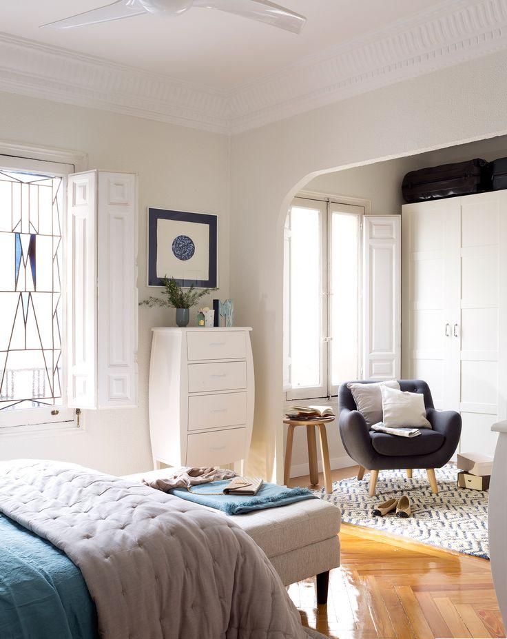 Dormitorio blanco clásico con armario a pie de cama, butaca y chifonier_00457285_Ob
