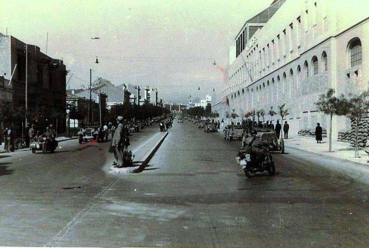 Αθήνα 1941. Κατοχή. Λεωφ. Ανδρ. Συγγρού Ο φωτογράφος στεκόταν στη διασταύρωση με τη οδό Φραντζή. Δεξιά το εργοστάσιο του ΦΙΞ, που ανεγέρθηκε το 1893.