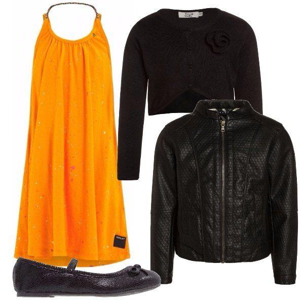Vestito senza maniche arancione al ginocchio con scollo tondo, cardigan nero corto manica lunga, giubbotto in finta pelle nere con cerniera, ballerine nere con cinturino e fiocchetto.