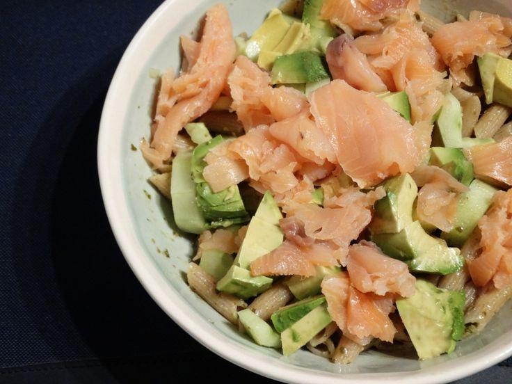 Pasta met zalm, komkommer en avocado. Aangevuld met wat pesto en je klaar. Klik op de link om het hele recept voor 1 persoon te bekijken (en te maken).