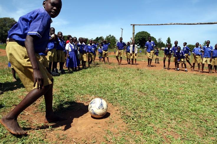 I bambini della scuola inclusiva di Kamurasi che Sightsavers sostiene in Uganda si allenano a tirare i rigori!