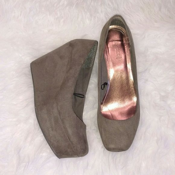 Army Green Platform Shoes FINAL SALE!! Suede Platform Army Green Pumps. Worn out once. Very cute. Great condition! H&M Shoes Platforms