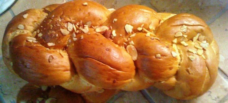 Τσουρέκι γεμιστό με κρέμα πραλίνας αμυγδάλου
