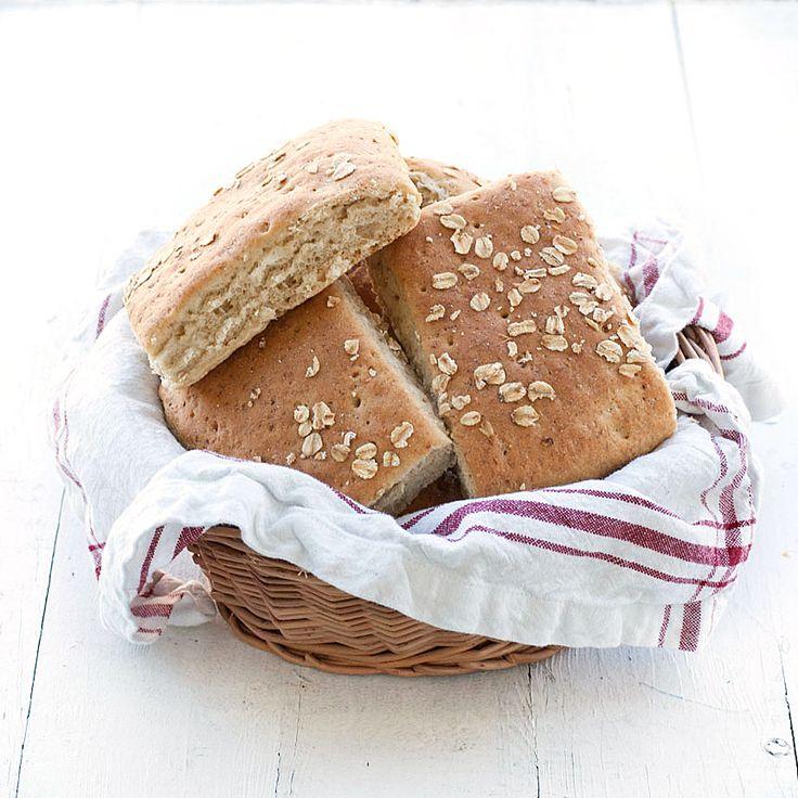 Baka ett gott och enkelt havregrynsbröd i långpanna.
