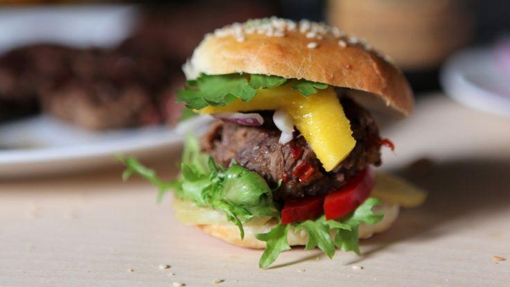 Anne Hjernøe steker og koker andebryst til hun kan rive kjøttet fra hverandre. Så lager hun små burgere med mye god smak og steker i pannen. Og så serveres andeburgere i myke hamburgerbrød med mye godt tilbehør. Foto: Anders Roholt / DR