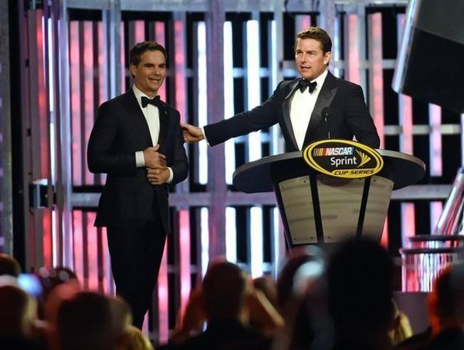 Que sorpresa cuando Tom Cruise se presentó en la ceremonia de los premios de Nascar e introdujo a Jeff Gordon para su despedida después de 23 años de carrera en la serie.