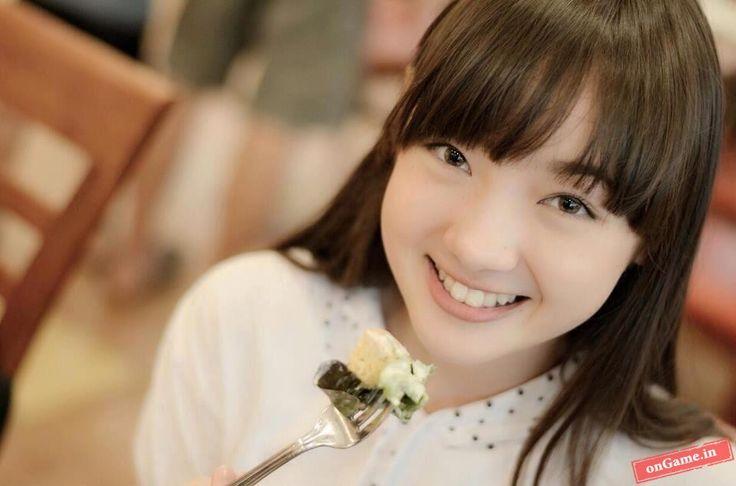 Jannina Weigel – Nữ sinh 9x Thai Lan nổi tiếng với những bản cover trên YouTube, cô còn được cộng đồng mạng chú ý bởi vẻ mặt xinh xắn, nụ cười ngây thơ và ánh mắt thánh thiện .