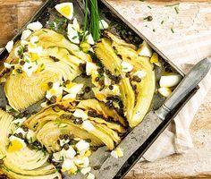 Lyft den vardagliga vitkålen till nya smakhöjder genom att baka klyftor av den i ugnen tills den blir mjuk och mild. Skeda över brynt smör och servera med salt kapris och krämigt kokta ägg. Bjud helveggo med potatismos. Eller med kassler eller rökt skinka.